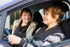 驾驶在欧洲城市的妇女 库存照片