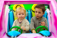驾驶在汽车的孩子夫妇  免版税库存照片