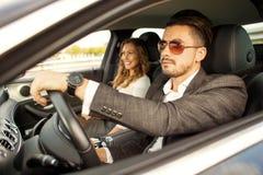 驾驶在汽车的美好的企业夫妇 免版税库存图片
