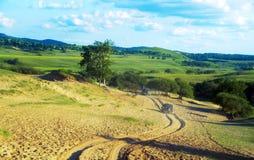 驾驶在沙漠和草原 库存照片