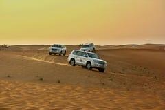 驾驶在沙漠的吉普 库存图片