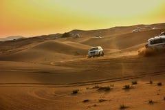 驾驶在沙漠的吉普 图库摄影