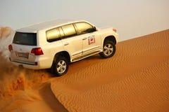 驾驶在沙漠的吉普 库存照片