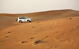 驾驶在沙漠的吉普 免版税库存照片