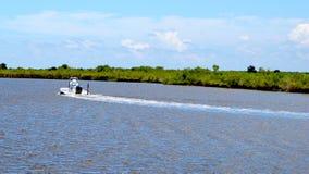 驾驶在河下的一条小船 库存图片