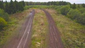 驾驶在泥路的SUV看法  夹子 顶视图通过以SUV的速度在肮脏的农村路的在乡下 股票录像