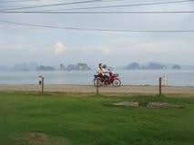 驾驶在海岛,泰国附近的摩托车 库存图片