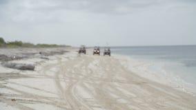 驾驶在海滩的三辆吉普4x4 影视素材