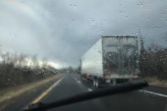 驾驶在灰色多雨的冬季天 库存照片