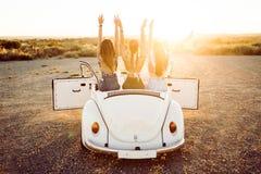 驾驶在美好的summe的旅行的三个相当少妇 库存照片