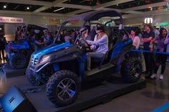 驾驶在虚拟现实中的妇女佩带未来派VR耳机 免版税图库摄影