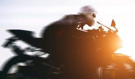 驾驶在街道上的快速的骑自行车的人 免版税库存照片