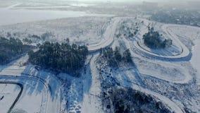 驾驶在赛车跑道轨道的汽车寄生虫录影冬日 股票视频