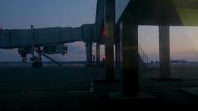 驾驶在跑道的飞机在夜离开机场终端在离开前 股票录像