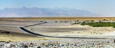 驾驶在跨境187在死亡谷方向Badwater 库存照片