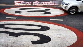 驾驶在路油漆在30kilometers的标志极限的卡车 库存图片