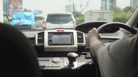 驾驶在路的司机手 股票录像