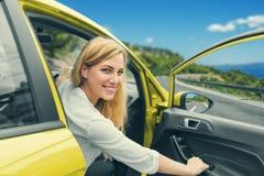驾驶在路的少妇一辆汽车到海 图库摄影