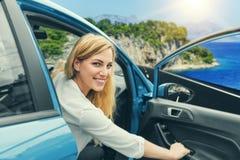驾驶在路的少妇一辆汽车到海 库存照片