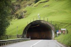 驾驶在路的意大利人和外国人旅客汽车通过了在汽车隧道的山 免版税图库摄影