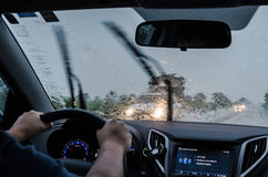 驾驶在路的汽车在一个雨天 免版税图库摄影