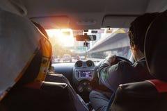 驾驶在路的汽车的一个人 观看从后面 免版税库存照片
