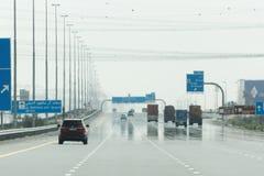 驾驶在酋长管辖区路,迪拜酋长管辖区,阿拉伯联合酋长国 免版税库存照片