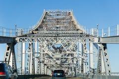 驾驶在里士满-圣拉斐尔桥梁约翰F 麦卡锡纪念桥梁在一个晴天,旧金山湾,加利福尼亚 免版税库存照片
