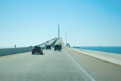 驾驶在阳光在坦帕湾的Skyway桥梁 免版税库存照片
