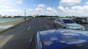 驾驶在阿灵顿纪念品桥梁的反向看法 股票录像