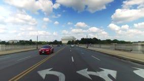 驾驶在阿灵顿纪念品桥梁的向前看法 股票录像