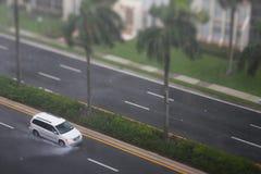 驾驶在雨中的微型货车 库存图片