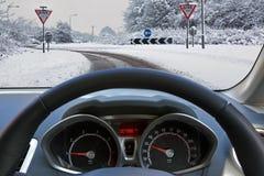 驾驶在雪的一辆汽车 免版税库存照片