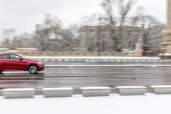 驾驶在雪的一辆汽车 库存照片