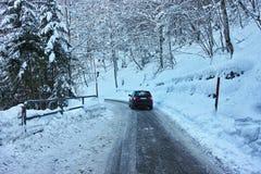 驾驶在雪的溜滑路 免版税库存图片