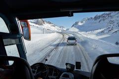 驾驶在雪风暴的公共汽车 库存照片