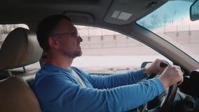 驾驶在高途中的白人档案汽车 影视素材