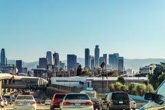 驾驶在高速公路到洛杉矶街市,加利福尼亚 免版税库存图片
