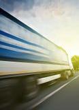 驾驶在高速公路的卡车交付物品小包 免版税库存图片