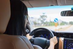 驾驶在高速公路的妇女 免版税库存照片