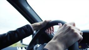 驾驶在高速公路的年轻女商人司机一辆汽车 股票 关闭驾驶豪华汽车的年轻美丽的妇女  库存照片