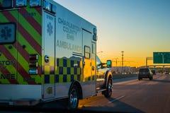 驾驶在高速公路的救护车 免版税库存图片