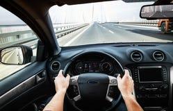驾驶在高速公路的汽车pov -观点 免版税库存照片