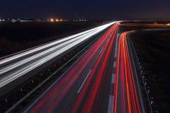 驾驶在高速公路的速度在晚上 免版税库存照片