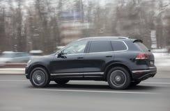 驾驶在高速公路的SUV在冬天 免版税库存图片