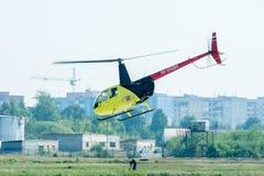 驾驶在airshow的欧洲直升机公司AS-350 库存图片