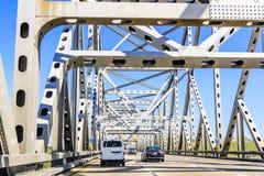 驾驶在Carquinez桥梁在一好日子,旧金山湾,加利福尼亚 免版税库存图片
