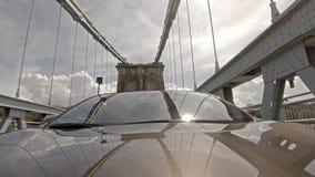 驾驶在Menai桥梁在往Anglesey -英国的北部威尔士 股票录像