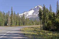 驾驶在Mt附近 敞篷俄勒冈状态 免版税库存照片