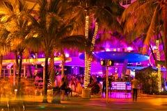 驾驶场面在夜光,迈阿密海滩,佛罗里达。 免版税图库摄影